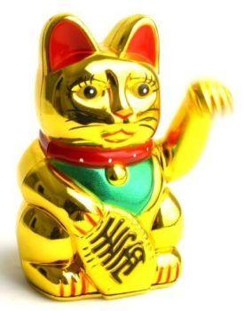 Золотая фигурка манэки-нэко