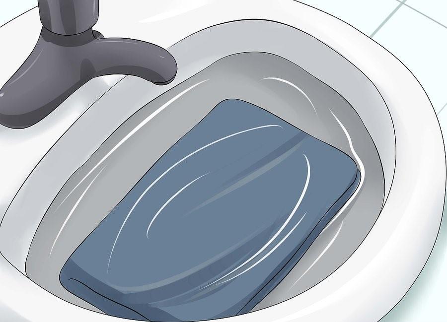 В процессе купания сфинкса понадобится неглубокий таз или небольшого размера ванночка